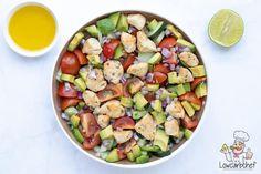 Deze frisse avocado salade met kip is ideaal om te eten als lunch of diner op een warme zomerdag. De salade is licht, smaakvol en gezond. #salade #koolhydraatarm #kip