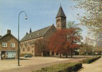 Kerkstraat: St Lambertuskerk met het Heilige Hartbeeld en links een snoepwinkel.