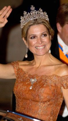 Queen Máxima teamed her gown with the truly magnificent Württemberg Tiara – a tiara which has only been worn by Queens of the Netherlands. The tiara has a series of large pearls which can be mounted on top of its spikes for an even more regal look.