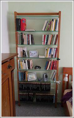 woodandmore-Produkte beim Kunden - QUADRA DVD-Regal oder Bücherregal aus Massivholz Kirschbaum Diesmal gewährt uns ein Kunde einen kleinen Einblick in sein Schlafzimmer - denn hier hat das QUADRA DVD-/Bücherregal aus Kirschbaum mit 8 großen Glasböden sein Zuhause gefunden. Vielen Dank an unseren Kunden für die schönen Fotos! Wir wünschen viel Freude an dem Regal. https://www.woodandmore.de/17_dvd-regale/quadra-dvd-regal-oder-buecherregal-aus-massivholz-kirschbaum__6139.htm
