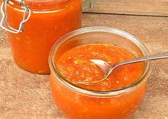 La marmellata di carote, realizzata bollendo le carote col limone, passandole e unendole successivamente allo zucchero, è una confettura che può essere preparata tutto l'anno grazie alla presenza costante sui mercati di questa verdura.