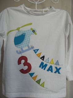 A beautiful birthday shirt for cool guys! A helicopter pulling at 2 pennants the birthday number and (optionally) the name of the birthday child. Boys Clothes Style, Birthday Numbers, Baby Kind, Birthday Shirts, Birthday Boys, Baby Shirts, Diy Shirt, New Baby Gifts, Applique Designs