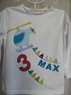 Ein wunderschönes Geburtstags-Shirt für coole Jungs! Ein Helikopter, der an 2 Wimpelketten die Geburtstagszahl und (optional) den Namen des Geburtstagskindes zieht. Erst nach Bestellung wird...