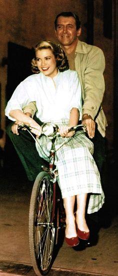 James Stewart (1908-1997) e Grace Kelly (1929-1982) sul set di < Rear Window > (La finestra sul cortile, 1954), regia di Alfred Hitchcock (1899-1980)