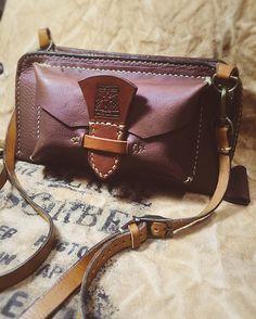 頼まれたショルダーポーチの試作品が出来ました^_^ しばらく使って貰ってから意見を取り入れ本番に挑みます^_^ #bag #leatherbag #ショルダーポーチ#革細工#sergeabsorber #leathergoods