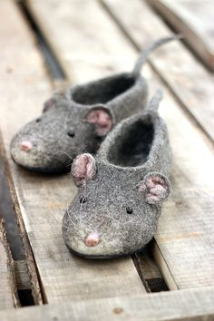 Mouse woman slippers 2020 Chinese lunar New Year custom mice rat felted personalized natural wool girl clogs shoes christmas gift Filzen Wet Felting, Needle Felting, Girls Clogs, Felt Shoes, Wool Shoes, Comfortable Flats, Comfortable Clothes, Felt Art, Felt Animals