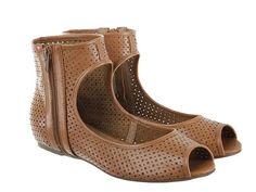 Zapato tipo botín fabricado en piel vacuno con diseño troquelado.