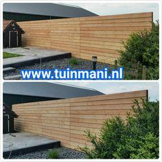 Een schutting afscheiding tuinhek , hoeft niet altijd standaard te zijn. Hier ziet uw een erfafscheiding met lariks potdeksel tuinplanken. Als basis zijn hier hardhouten palen gebruikt. Ook verkrijgbaar in geipmregneerd hout. geplaatst door en verkrijgbaar bij #tuinmani @Tuinmani www.tuinmani.nl