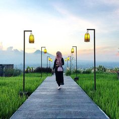Jogja is one of the best places in Indonesia, and here's a list amazing cafes and restaurants in Yogyakarta only a few people know about! Villa Design, House Design, Tree House Plans, Spice Garden, Cafe Concept, Thai House, House In Nature, Farm Photo, Farm Stay