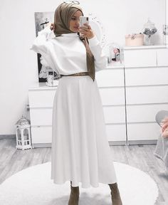 18 Inspiring White Outfit Ideas With Hijab For Winter – Zahrah Rose - hijab outfit Modest Fashion Hijab, Modern Hijab Fashion, Hijab Fashion Inspiration, Islamic Fashion, Muslim Fashion, Mode Inspiration, Fashion Outfits, Hijab Chic, Hijab Fashion Style
