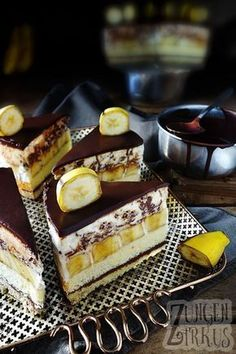 weltbeste Schoko-Bananentorte mit Stracciatella-Mousse! Luftig, fruchtig, schokoladig. Einfach lecker! www.zungenzirkus.de