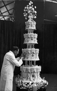 Iconic weddings: Queen Elizabeth II and Prince Philip, Duke of Edinburgh The wedding cake was certainly fit for royalty, reaching nine-feet high and weighing 500 pounds. One tier was saved for the christening of the couple's first child, Prince Charles. Queen Elizabeth Ii Wedding, Princess Elizabeth, Elizabeth Philip, Princess Margaret, Princess Kate, Beautiful Cakes, Amazing Cakes, Royal Weddings, Royal Brides
