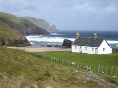 Bothy near Cape Wrath Irish Cottage, Cozy Cottage, Cottages Scotland, Bothy, Highland Homes, Cottages By The Sea, English House, Scotland Travel, Landscape Photos