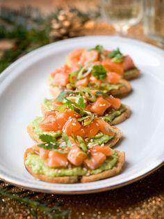 1. Snij de ciabatta in flinterdunne sneetjes. Rol ze nog iets platter met de deegrol. 2. Bak het brood goudbruin en krokant in hete olijfolie. Kruid met versgemalen peper en zout. Laat uitlekken op keukenpapier. 3. Snij de avocado's in 2 en verwijder de pit.