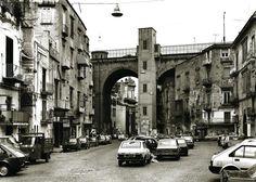 Thomas Struth - Via Della Sanità Napoli City Landscape, Foto Rare, Art Photography, Beautiful Places, Street View, Italy, Cityscapes, Architecture, Case Study