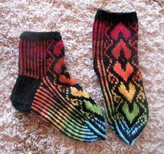 Viirukissan väkerryksiä: Sydänsukkien kuviomalli Socks, Knitting, Fashion, Moda, Tricot, Fashion Styles, Breien, Sock, Stricken