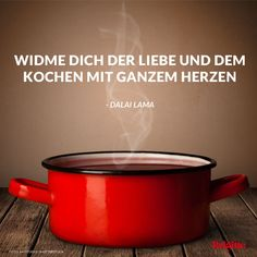 Recht hat er, der Dalai Lama! Mehr Zitate rund ums Essen und Genießen gibt's hier: http://www.brigitte.de/rezepte/koch-trends/sprueche-essen-1216472/