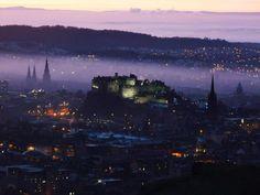 Een paarse schemering over een kasteel in Edinburgh, Schotland