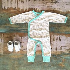 • Anarkid organic kimono romper & Converse baby Chucks. Shop these styles at Tiny Style in Noosa & online •  www.tinystyle.com.au   #babyclothes #babyshoes #chucktaylor #unisex
