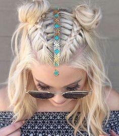 Le bijoux de tête avec une coupe carrée