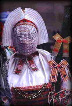 """In der Adventszeit geht in der Schleifer Region das """"Bescherkind"""" umher. Sein Gesicht ist verhüllt, seine Tracht besonders prachtvoll verziert. Es beschenkt Jung und Alt mit kleinen Gaben. Bis in die dreißiger Jahre ersetzte es hier den Weihnachtsmann."""
