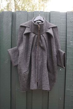 0e4de94d Johanne rubinstein ita wool cape uld uldkappe kappe jakke frakke overtøj  grå grey kort kortærmet lynlås sustainable bæredygtig zero waste alt bruges  fair ...