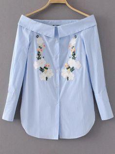 Blusa de rayas verticales con bordado de flor y hombros al aire - azul