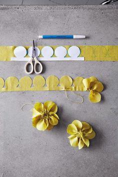 Olá meninas lindas! Vejam que flores lindas para vocês fazerem e usarem para decorar peças de roupa, bolsas, tiaras e mil coi...