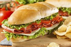 Tomate Mozzarella kann jeder: Hier gibt's ein Rezept für ein leckeres Paprika Mozzarella Sandwich, das perfekte Essen für einen Camping-Trip