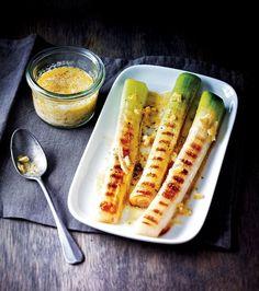 Poireaux grillés, vinaigrette d'agrumes - BBQ Grills Barbecue Recipes, Grilling Recipes, Cooking Recipes, Healthy Grilling, Healthy Food, Keto Diet Vegetables, Grilled Vegetables, Veggies, Planks