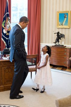 President Barack Obama greets Halle Major during a Make-A-Wish visit in the Oval Office, March (Official White House Photo by Pete Souza) Black Presidents, Greatest Presidents, American Presidents, Michelle Und Barack Obama, Barack Obama Family, Obamas Family, First Black President, Mr President, Presidente Obama