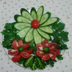 Tomatoes and cucumbers - Food Carving Ideas Veggie Art, Vegetable Salad, Veggie Food, Vegetable Recipes, Food Carving, Vegetable Carving, Food Garnishes, Garnishing, Food Platters