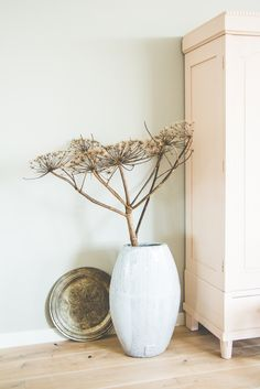 Weed arrangement, simple and clean. Diy Interior, Interior Styling, Slow Living, Home And Living, Beautiful Interiors, Colorful Interiors, Modern Farmhouse Interiors, Home Decor Inspiration, Modern Rustic