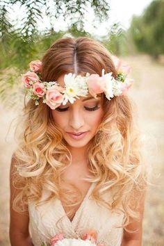 ♥ Esse cabelo solto ondulado e com coroa de flores! É pra chorar de vontade pra fazer no casamento!
