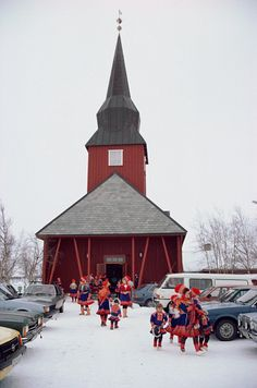 I love the juxtaposition of traditional dress and the cars! Sami leave the church at Kautokeino after a wedding. Oslo, North Pole Expedition, Cabana, Norway Viking, Lappland, Scandinavian Countries, Arctic Circle, Scandinavian Christmas, Place Of Worship