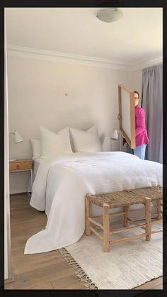 White Bedroom Decor, Master Bedroom Design, Small Room Bedroom, Room Ideas Bedroom, Home Decor Bedroom, Small Rooms, Bedroom With White Walls, Small Teen Bedrooms, Bright Bedroom Ideas