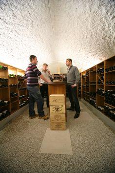 Cave à vin voûtée avec agencement bois.