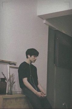 Jungkook just sitting concentrating. i love BTS and JUNGKOOK he puts so much hard work into his career to please us and ofc himself Bts Jungkook, Taehyung, Namjoon, Jungkook School, Jung Kook, Busan, Jikook, Bts Lockscreen, Foto Bts