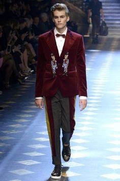Dolce & Gabbana Fall 2017 Menswear Fashion Show Look Fashion, Fashion Show, Mens Fashion, Gq, Dolce And Gabbana 2017, Fashion Forecasting, Glamour, Thrift Fashion, Milan Fashion Weeks