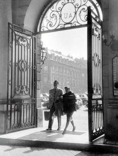 WILLY RONIS (1910-2009)  Couple place Vendôme, 1948. Tirage argentique dépoque, annotations du photographe et tampon 7, passage des Charbonniers au dos. 18 x 23.5 cm.