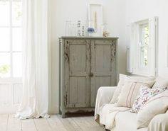 prachtig brocante kastje, mooi contrast met witte omgeving! www.old-basics.nl
