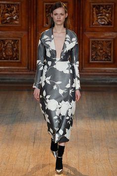 Emilia Wickstead, fait un volte-face à la mode avec son look goth-métal romantique d'aujourd'hui.