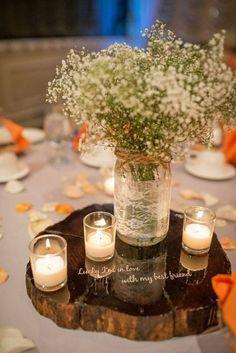 Rustikale Herbst Tischdeko mit Holzscheibe und weißem Strauß