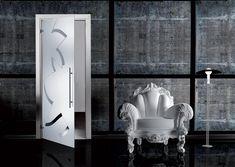 Uşă batantă, cu toc, a cărei suprafaţă este din cristal monolit securizat cu grosime de 10 mm, model Riflessi, al cărui desen transparent este prelucrat în întregime manual prin gravare pe fond sablat. Mânerele sunt model M1 din inox satinat, cu o lungime de 72 cm.  #interiordesign #casali_glassdesign #casali_design #madeinitaly #glassdesign #nigeimpex #nigeideas #usibatante⠀ Oversized Mirror, Divider, Doors, Interior, Furniture, Home Decor, Design, Home Ideas, Decoration Home