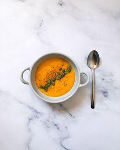 El otro día me pedistéis recetas sencillas con ingredientes básicos. A veces cuesta encontrar muchas de las cosas que se ponen en las recetas de ahora, yo lo entiendo. Así que Aquí os dejo la receta de la crema de zanahoria, con naranja y jengibre qu... Queso Fresco, Deli, Thai Red Curry, Healthy Eating, Ethnic Recipes, Food, Vegetable Curry, Carrot Soup, Spices