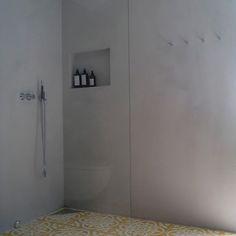 Nok et nydelig kundeprosjekt. Pastellone på veggene, gule Iris fliser på gulvet✨✨Det blir ikke så mye finere enn dette Flere bilder fra samme prosjekt på vår Facebook - link i bio. #soukfliser #soukbetonglook #marokkanskefliser #fliser #betonglook #betoncire #polishedconcrete #baderomsinspo #soukbergen
