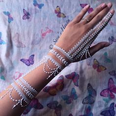 25 Amazing White Henna Designs Interesting long tattoo from middle of the arm to the tip of fingers. Henna Tattoos, Mehndi Tattoo, Henna Tattoo Muster, White Henna Tattoo, Henna Tattoo Kit, Henna Mehndi, Body Art Tattoos, Tatoos, Paisley Tattoos
