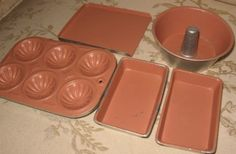 vintage baking set--love the colors.  Need to find this or maybe spray paint/distress a plain set?