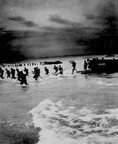 #TalDiaComoHoy (6 de junio de 1944) se cumplen 70 años del desembarco de 156.000 soldados aliados en Normandía. Fue el principio del fin de la Segunda Guerra mundial. Robert Capa fue el único reportero gráfico que se atrevió a acompañar en primera línea al batallón de infantería que desembarcó en Omaha.