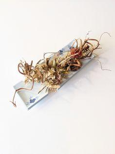¥61,000 立ち枯れた野草の枝葉や根をメインに、アクセントに赤い「ザクロ」を使用し ています。ザクロの花言葉の一つは「結合」。 割れた陶器や磁器を修復し慈しむ金継ぎの精神を、花で表現する。 うつろいゆく時がほんの少し止まり、流れ始める新しい時をお楽しみください。 Upcycle, Upcycling, Repurpose, Recycling